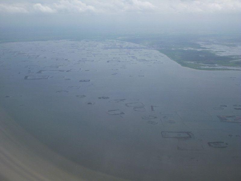 Nous traversons en barque le lac Nokoué, ce plan d'eau de 180 km² au nord de la capitale, survolé deux jours plus tôt en arrivant.