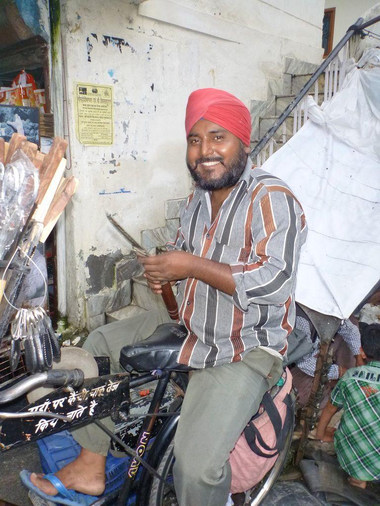 Un rémouleur sur son vélo-établi à Guptakashi