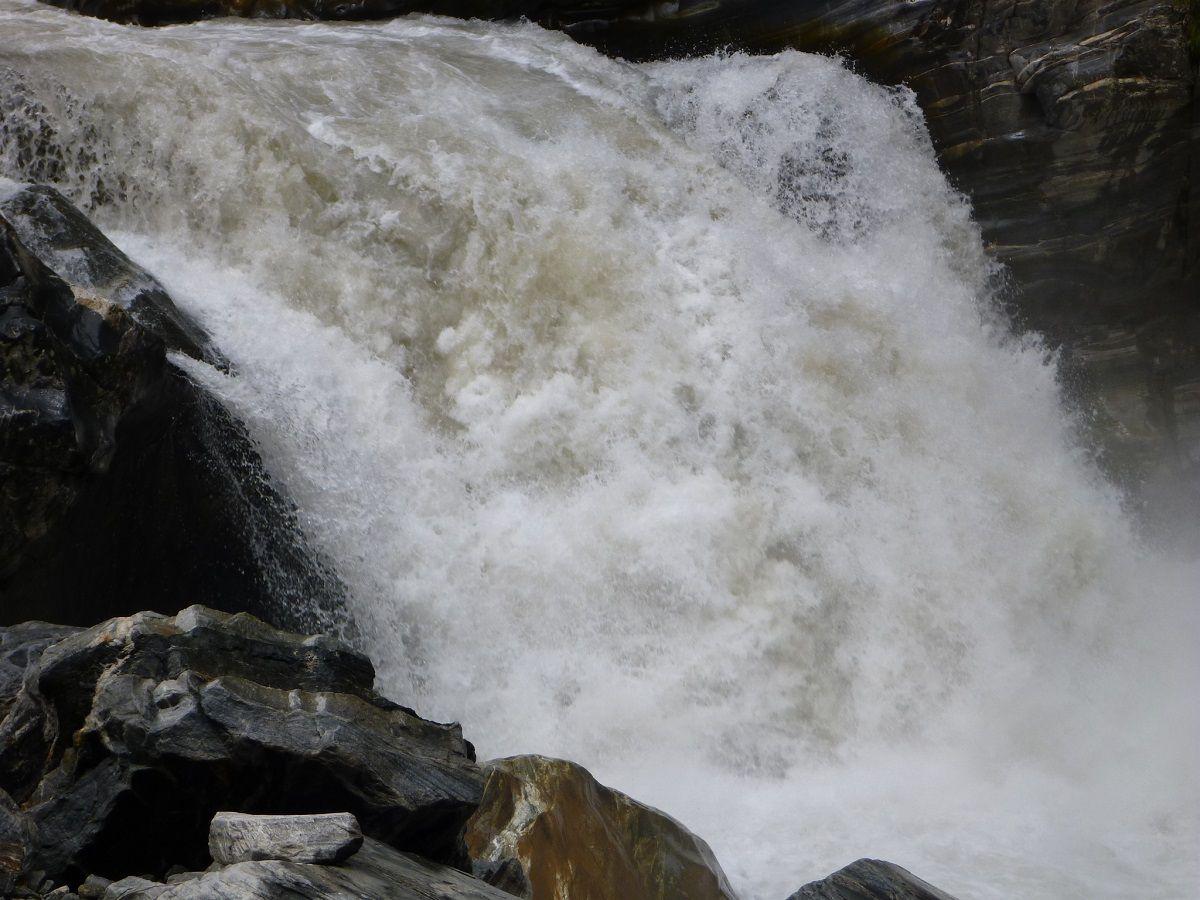Le torrent Pushpawati dans sa gorge, en aval de la vallée des fleurs.
