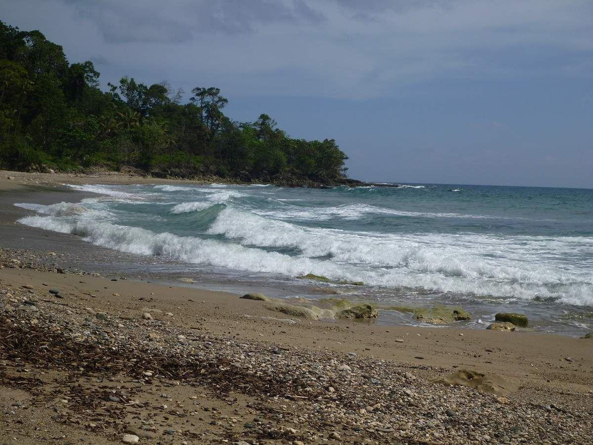 La plage de Watrorona, au sud-ouest de Babar