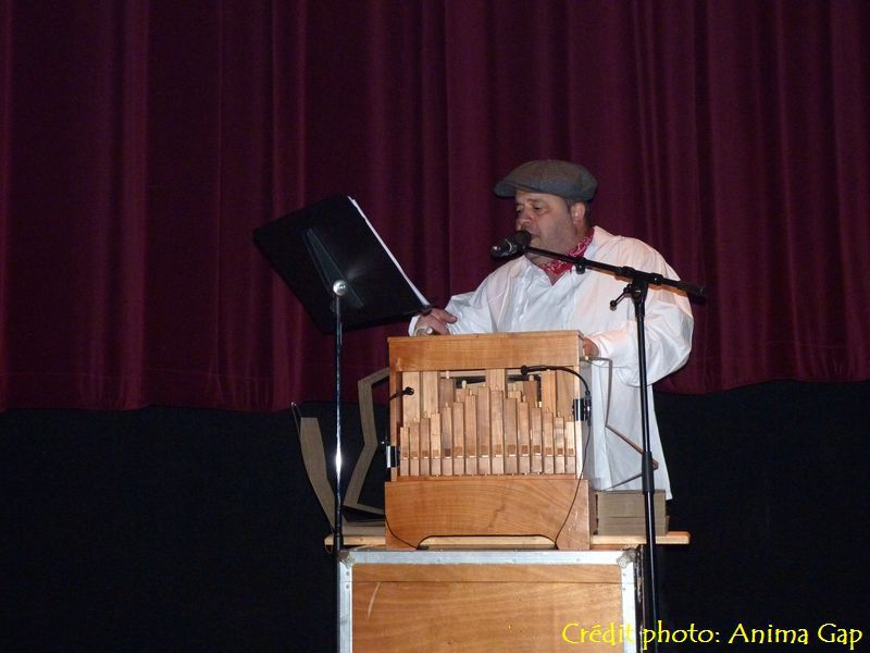 Cyrille et son orgue de Barbarie