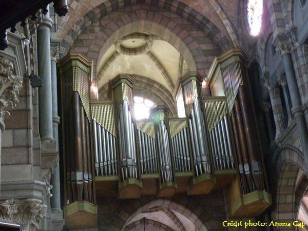 L'orgue Jean Dunand domine la nef à environ onze mètres du sol