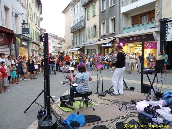 Au Y à l'intersection de la Rue de France et la Rue Pérolière, Patrick et sa guitare