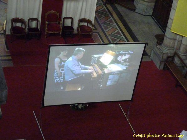 Projection sur écran géant car l'orgue est perché à une dizaine de mètres de hauteur
