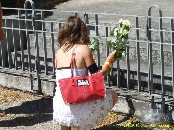 Dépôt de fleurs par la population
