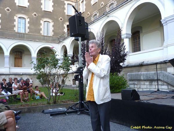 Georges BOEUF, compositeur, vient saluer le public et remercier l'artiste.