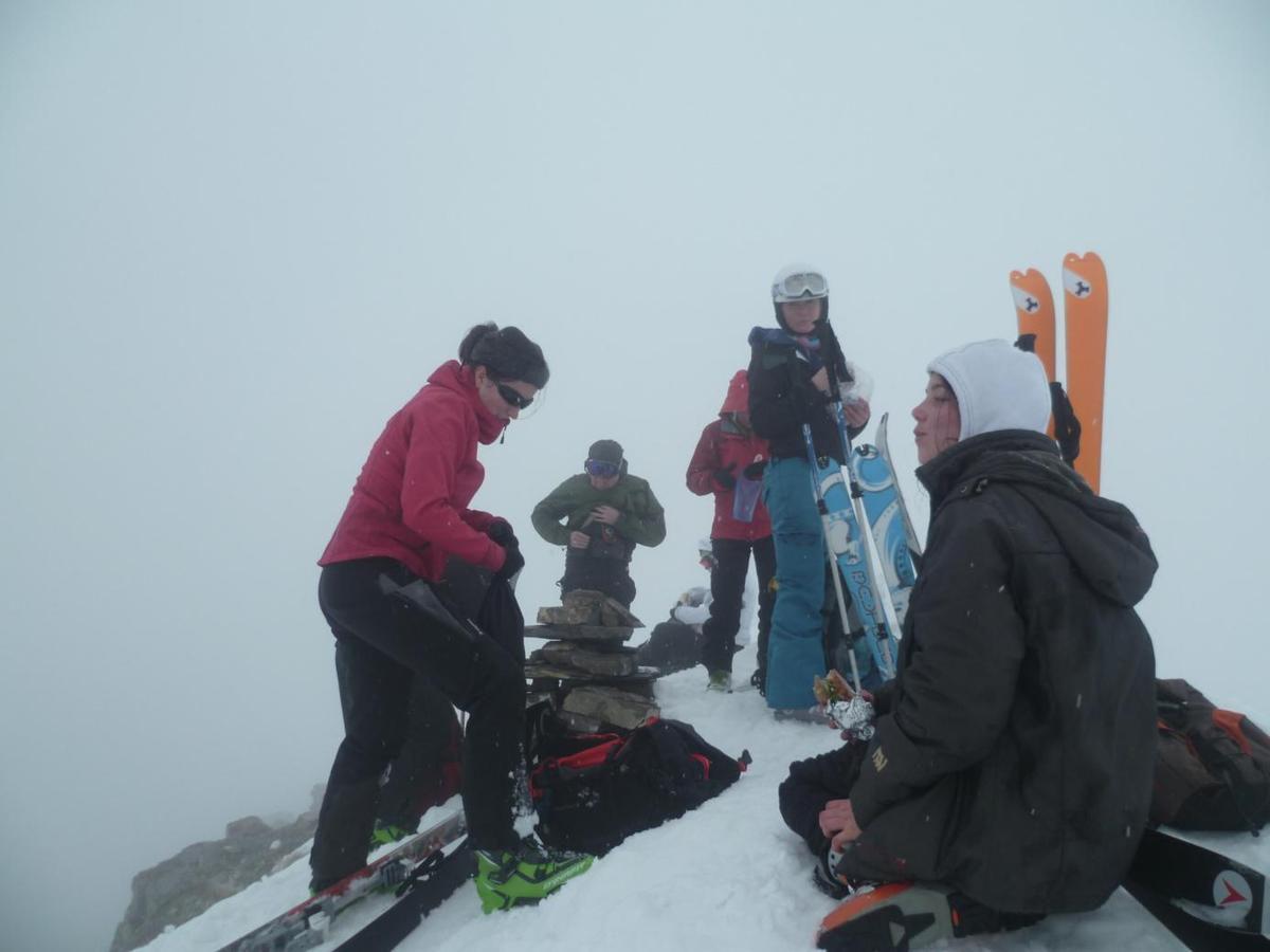 Après un bref repas pour reprendre des forces ( les conditions météo nous y contraignent) nous entamons la descente. Michel prend alors la tête des opérations pour nous guider à travers un brouillard épais et hostile.