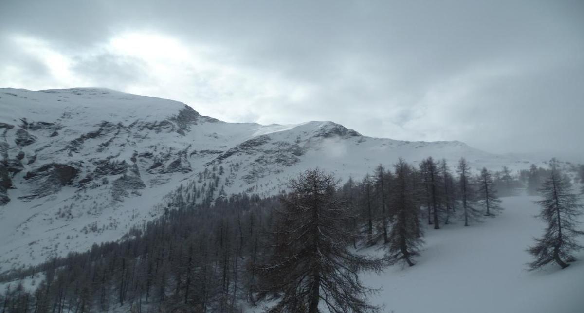 Le brouillard s'évanouit progressivement laissant place seulement à de gros nuages gris et même à quelques petites éclaircies, qui redonnent le sourire à Françoise et à tous nos skieurs.