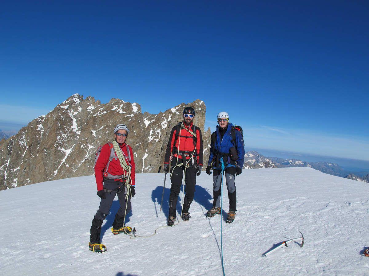 L'équipe au sommet  moins Laurent qui prend la photo. Derrière nous les arêtes des Ailefroides