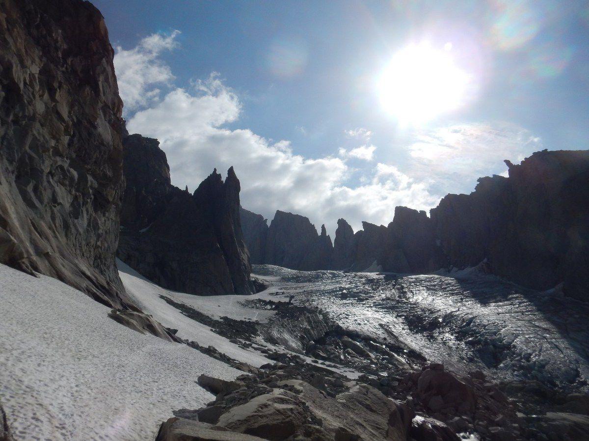 la descente du glacier d'Argentière, en soupe,  nous oblige à 450 mètres de désescalade face à la pente (45°, 6 mort en juillet 2014).