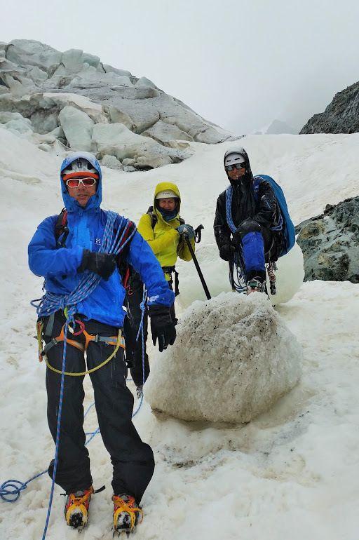 Malgré une météo peu engageante tout le monde répond présent. Entre deux averses de neige ou de pluie nous voyons les techniques de base et rentrons (quand même) mouillés au refuge du glacier Blanc. Le lendemain, levés à 4H00, nous espérons une fenêtre pour tenter le pic de glacier d'Arsine. A 6H00 nous tentons le coup : la pluie, la neige et le brouillard nous ferons redescendre à l'altitude de 3000m atteinte. Une belle ambiance montagne...
