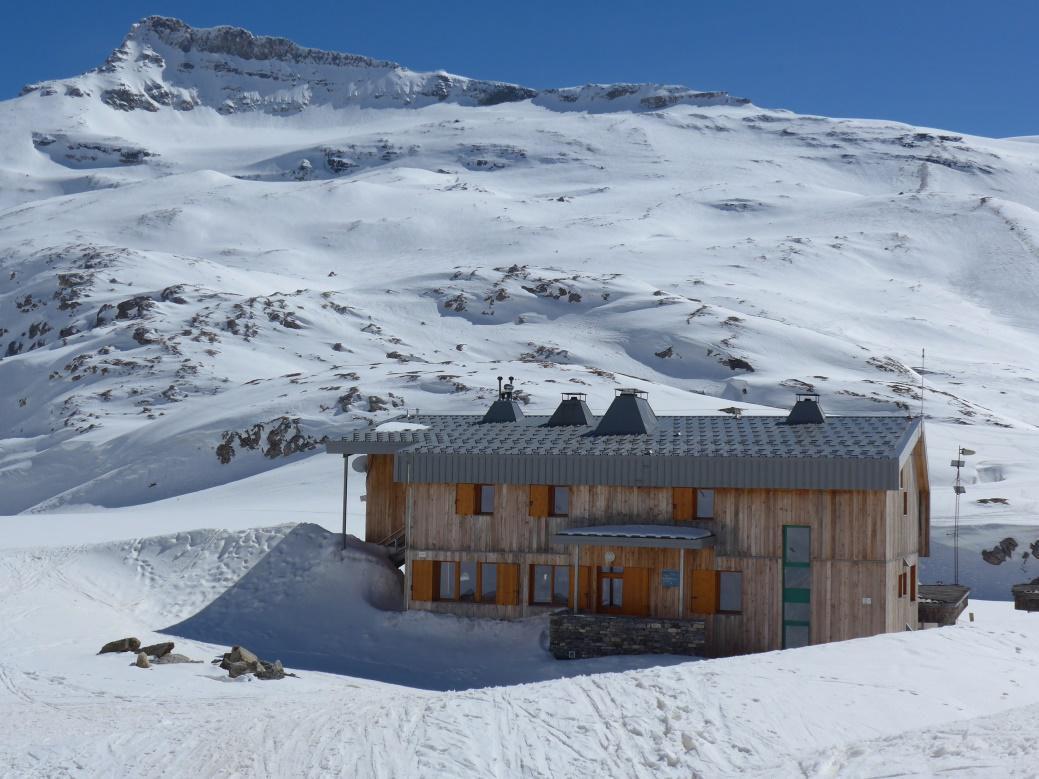 500 m de D+ et deux heures plus tard, nous arrivons au très beau refuge du col de la Vanoise. Le bâtiment actuel qui date de 2014 remplace l'ancien refuge Félix Faure. Excellent accueil et belles installations.