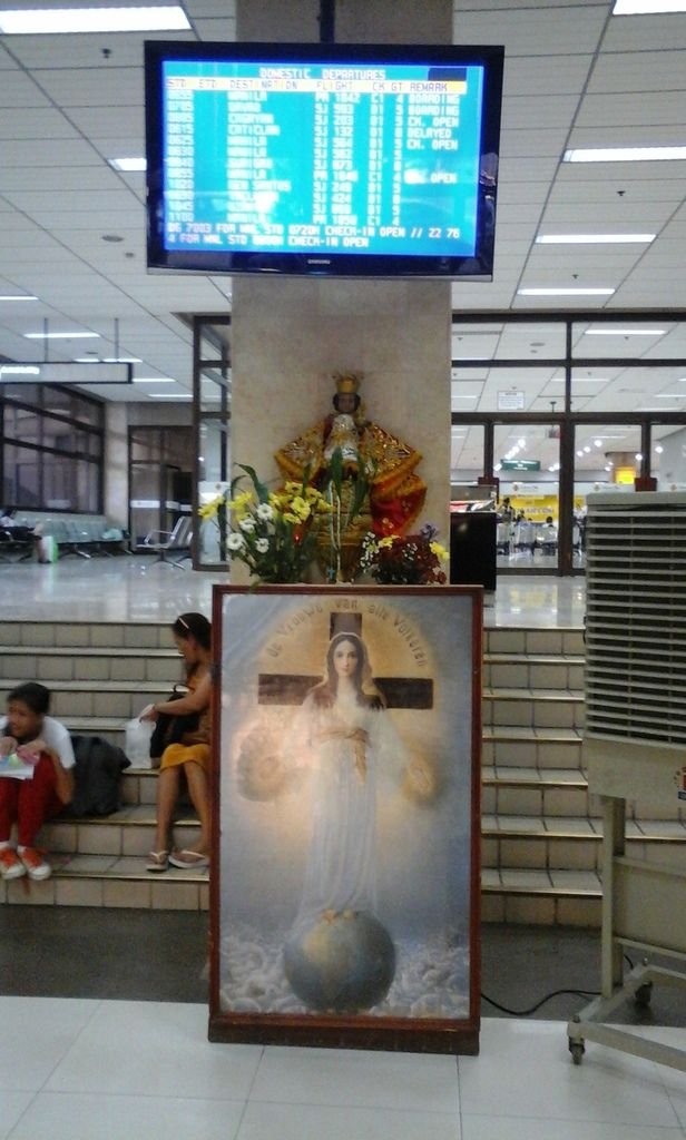 The Philippines, a country where 90% of the population is Christian. Already at the airport, there are images of Jesus and Mary. And when you introduce yourself as a priest, you are treated like a VIP, what a change in comparison with Vietnam !