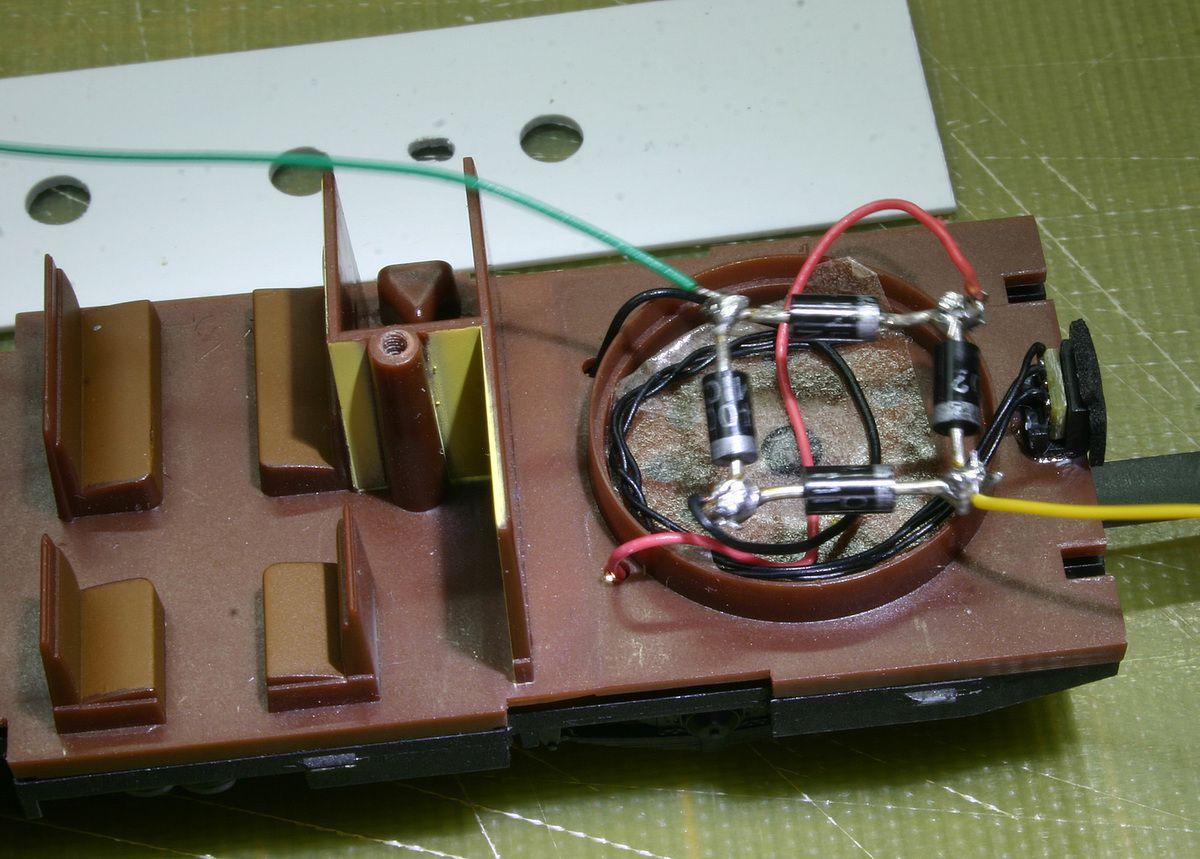 Réalisser un pont de diode et y souder les fil rouge et noir venant de l'essieu et un fil jaune et vert pour alimenter le rubant à Led..