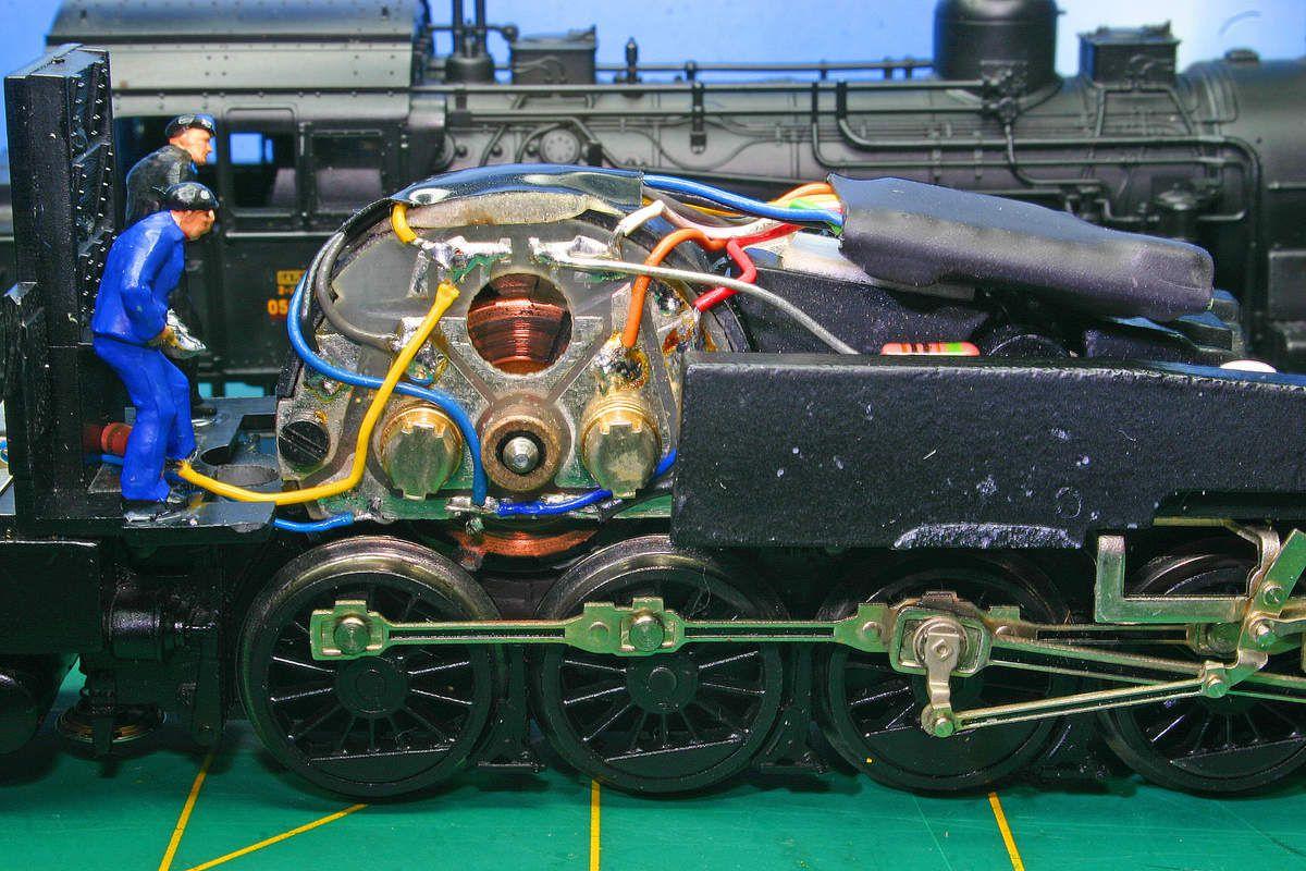 Cablage correcte du décodeur . Fil rouge/rail droit , fil noir/rail gauche , fil orange et gris/bornes du moteur (050TA22).Cablage du décodeur celui ci prend place au dessus du gros lest (050TB7) .