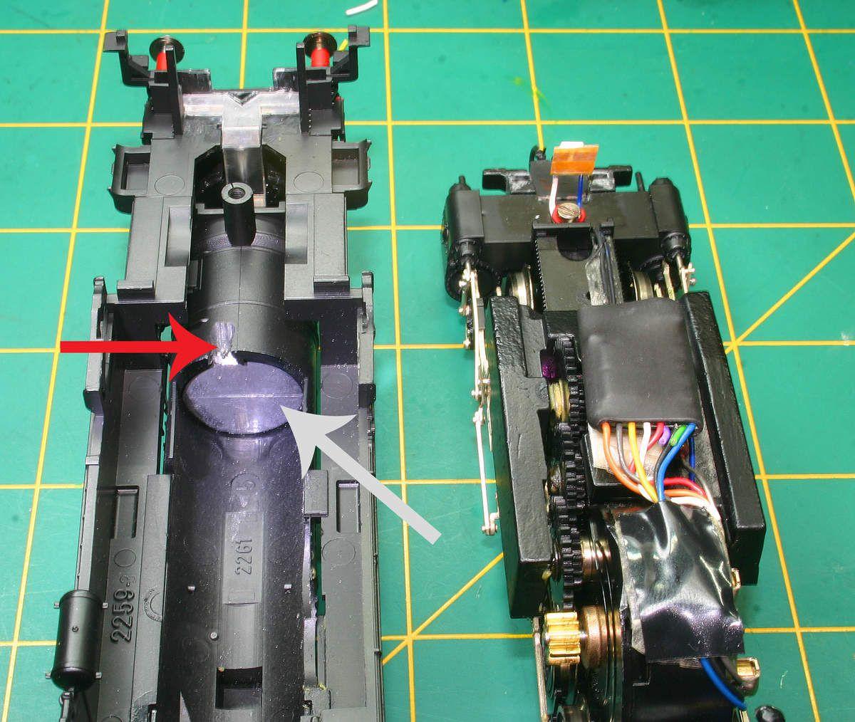 Retirer le lest afin de pouvoir loger le décodeur dans la chaudière pour la 050TA22 .Pour la 050TB7 le lest étant collé je fait une encoche pour le passage des fils d'alimentation (bleu et blanc) de la led avant et je positionne le décodeur sur le gros lest du bloc moteur.