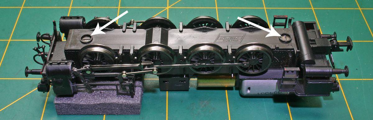 Dévissons les 2 vis afin de retirer le carter puis devissons la vis qui maintien en place le bloc moteur.