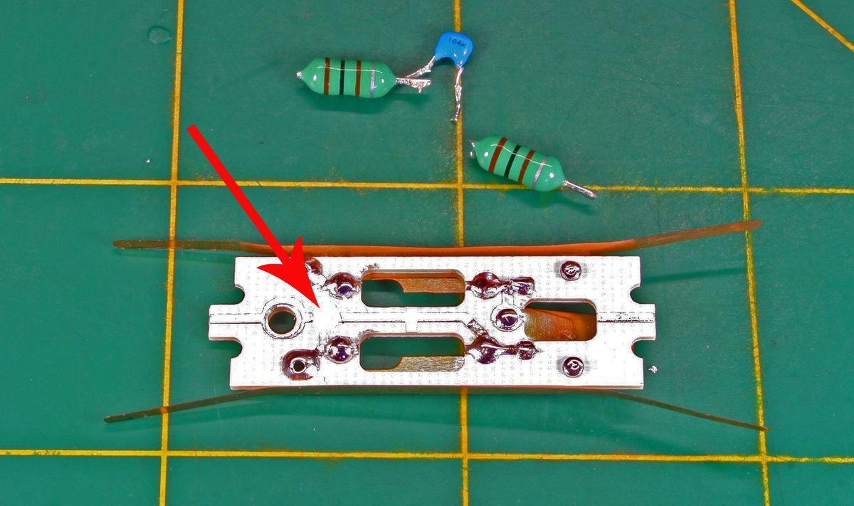 Retirer tous les composants rompre la piste cuivrée.