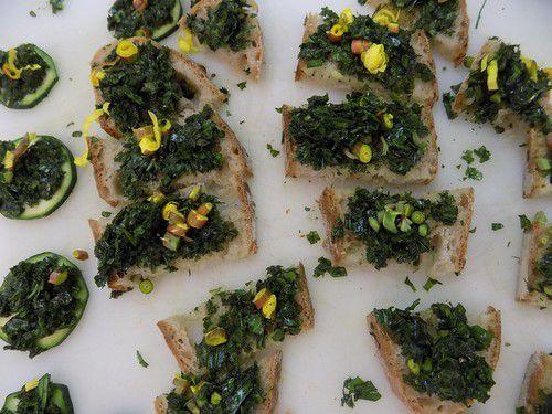 tartines de Plantain hâché, huile d'olive et fleurs d'Onagre