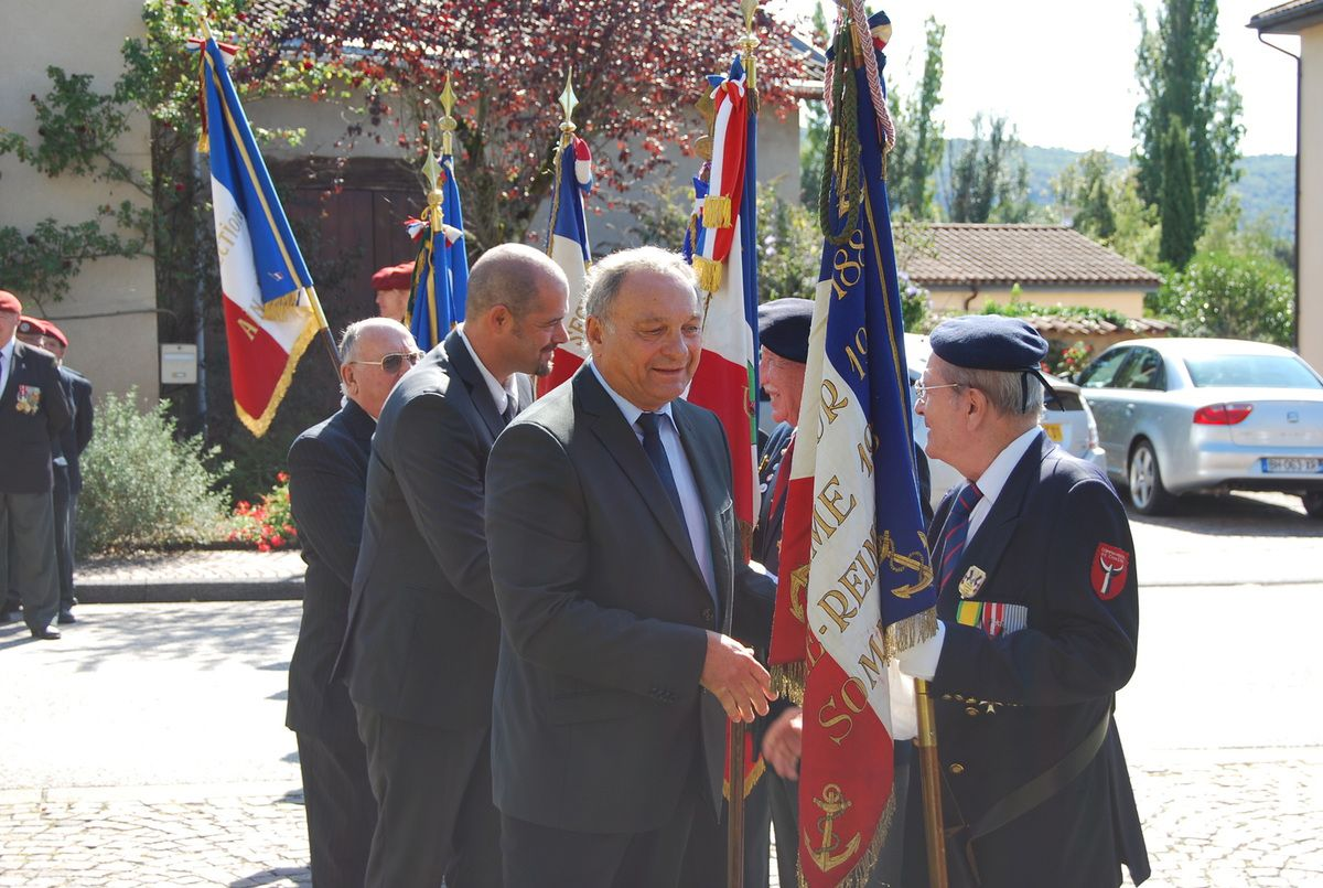 Les autorités saluent les Porte-drapeaux mais aussi le Président d'Honneur de la section, le Commandant (er) Claude JOLY, avant la suite de la manifestation au Centre International de Rencontres de Saint Vulbas