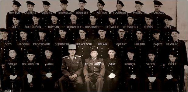 Ci-devant assis le major Lucien MARTIN, et debout en haut à gauche, l'élève GEORGELIN