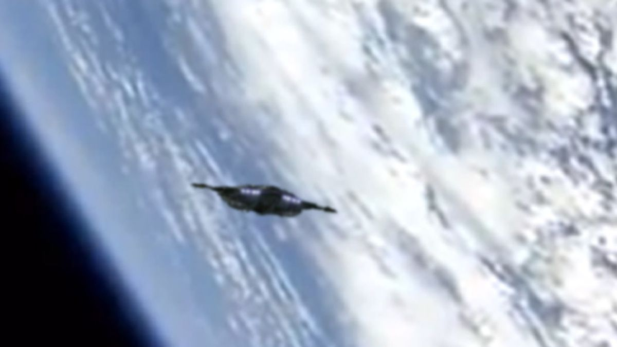 UFO spaceship in LOW EARTH ORBIT - NASA !!! July 2013
