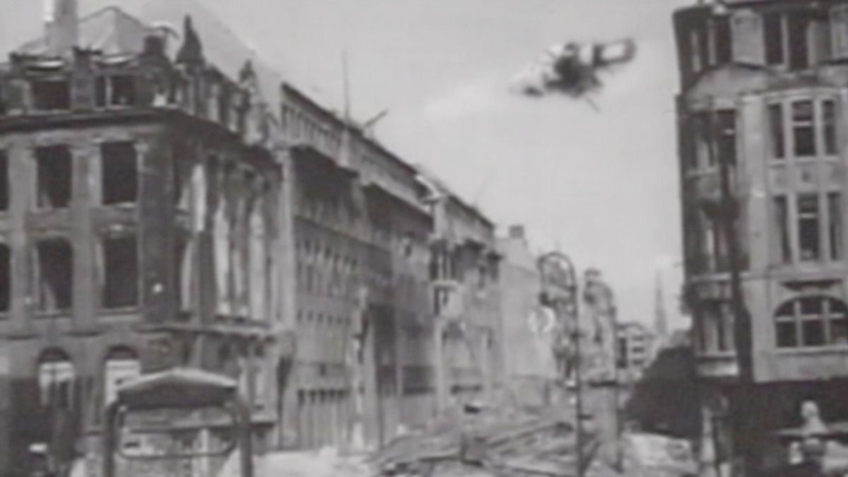 STRANGE UFO OVER BERLIN CAPTURED BY RUSSIAN SOLDIERS in 1945 !!! SECTION 51