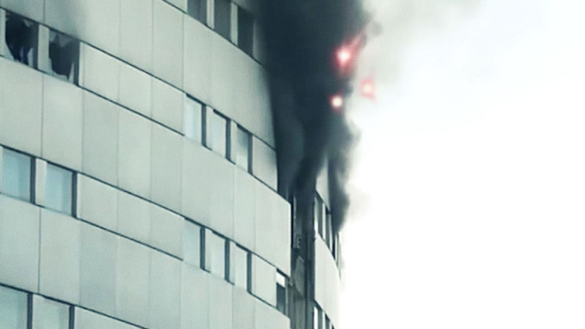 UFO FILMED DURING FIRE at FRENCH PUBLIC RADIO BUILDING in PARIS !!! Oct 2014