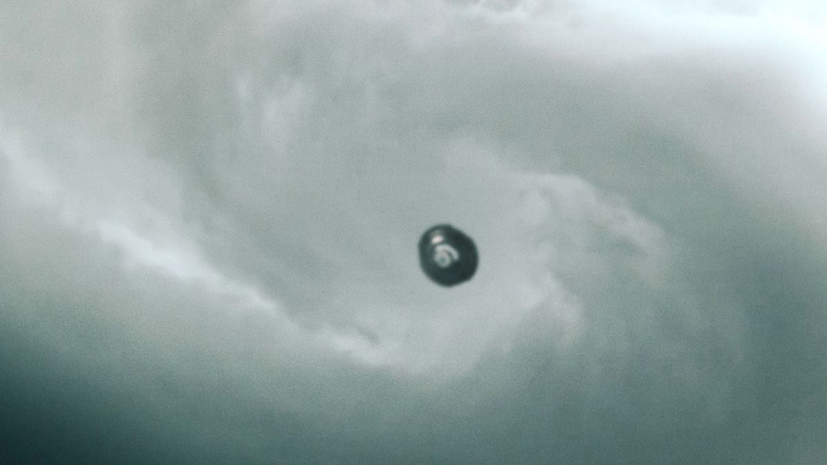 UFO in the Heart of Tornado over Illinois - May 2015 !