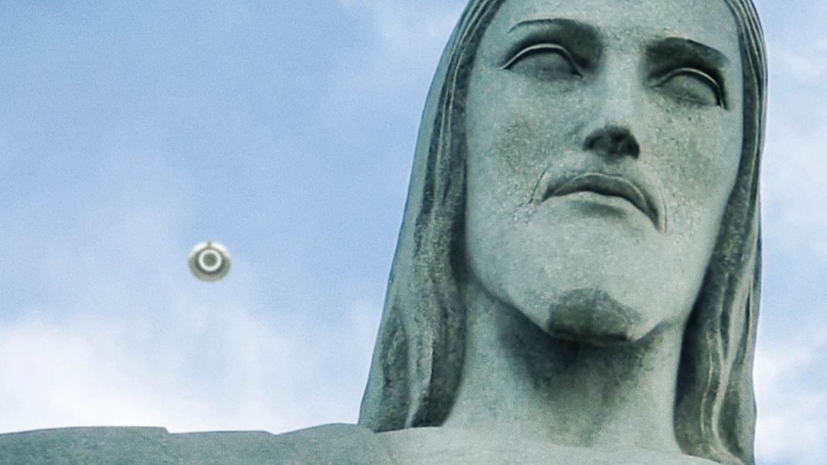 UFO flying over Corcovado mountain Jesus Christ statue Brazil 2015 !!! Amazing !