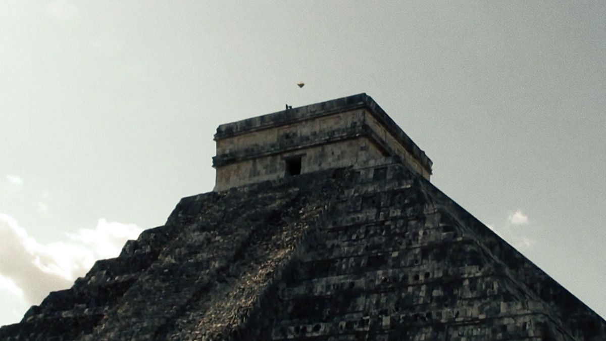 UFO over Chichen-Itza Pyramid MEXICO - Oct 2015 !!!