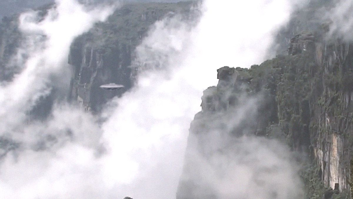 Disc shaped UFO flying over Mount Roraima - February 2016 !!!