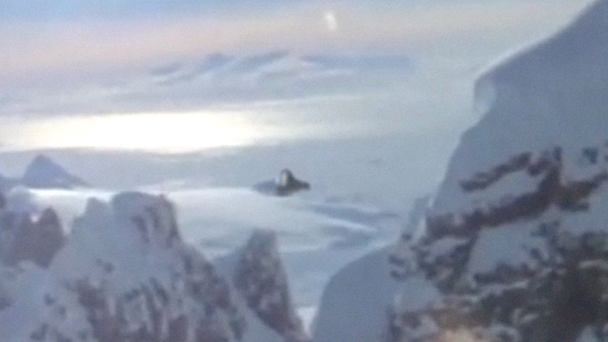 UFO filmed by Australian airplane in the sky of ANTARCTICA ! 1979
