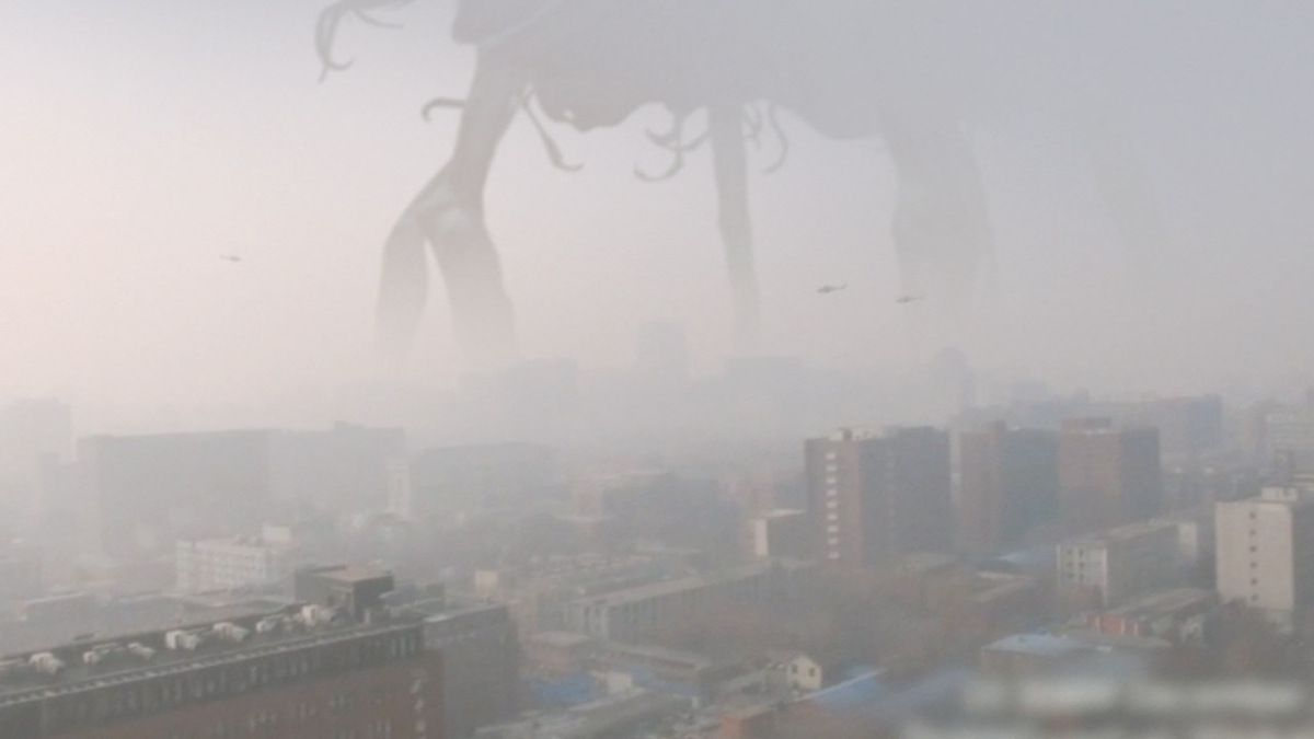 HUGE SHAPE in the Fog over CHINA ! Nov 2016 - Alien creature ?