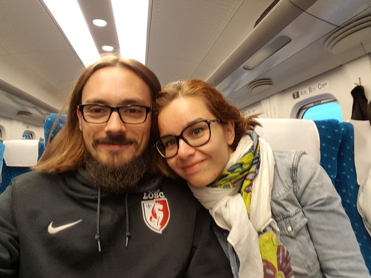 Et nous ne sommes pas en 1ère classe ! Voyez la place pour les jambes (là coeur fait 1m80 et peut détendre ses jambes ! C'est pas génial ?! Je ne vous parle même pas de l'inclinaison du siège, j'ai pu dormir dans le train, moi qui ai toujours du mal à m'endormir dans les transports, même en avion !