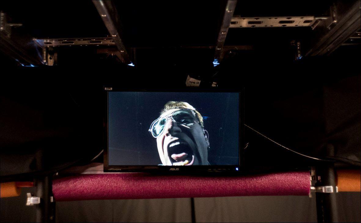 Un écran vidéo de Bono
