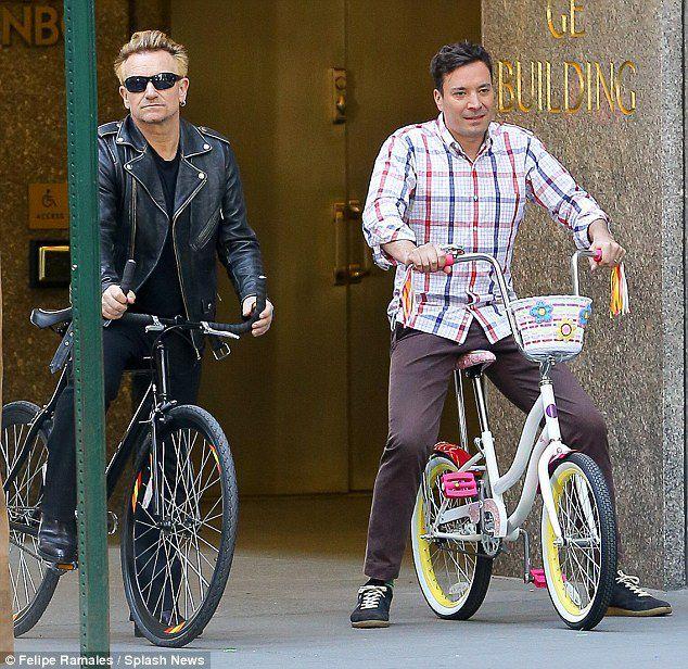 Photos de Bono en vélo qui a été tourné à New York pour The Tonight Show Starring Jimmy Fallon
