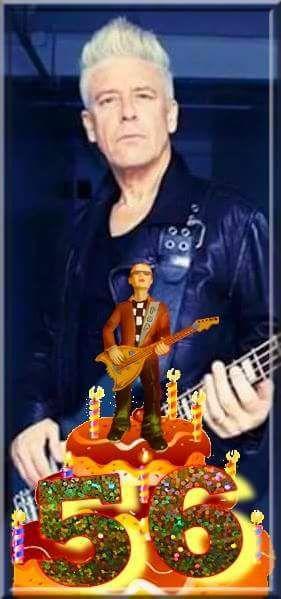 Joyeux anniversaire au bassiste de U2 qui a eu 56 ans hier le 13 Mars!!