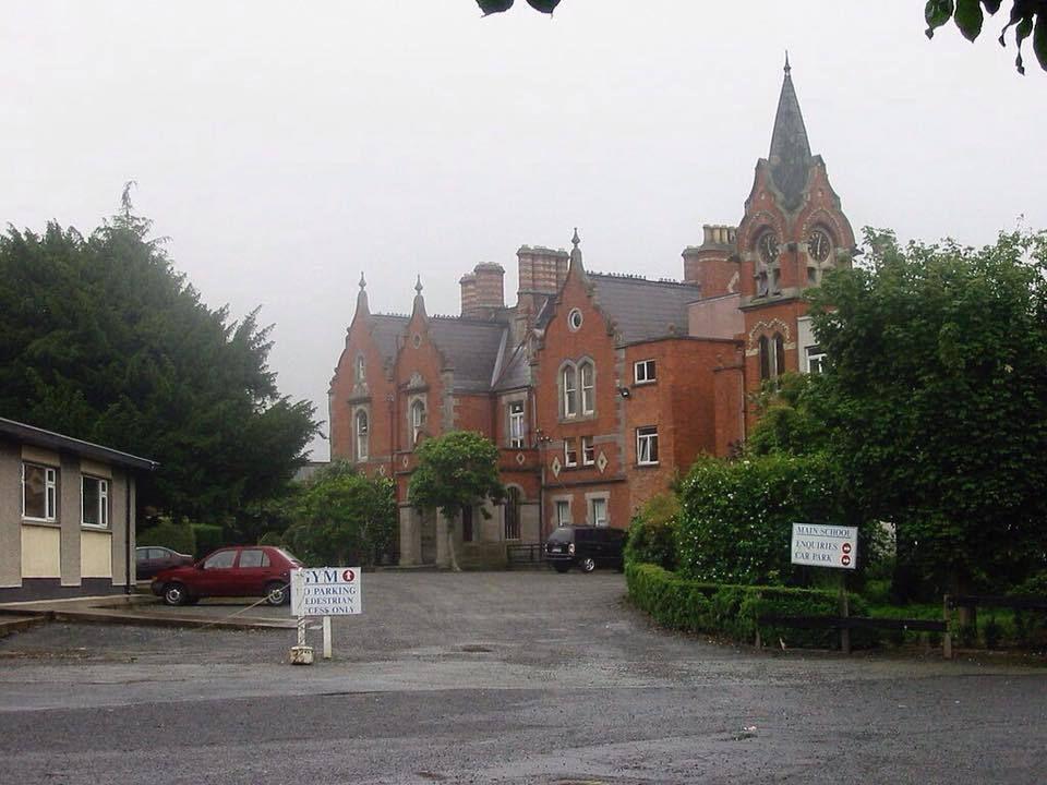 Larry Mullen, Jr. publie une note sur le babillard au Mont du Temple Comprehensive School de Dublin à la recherche d'autres musiciens pour monter un groupe.