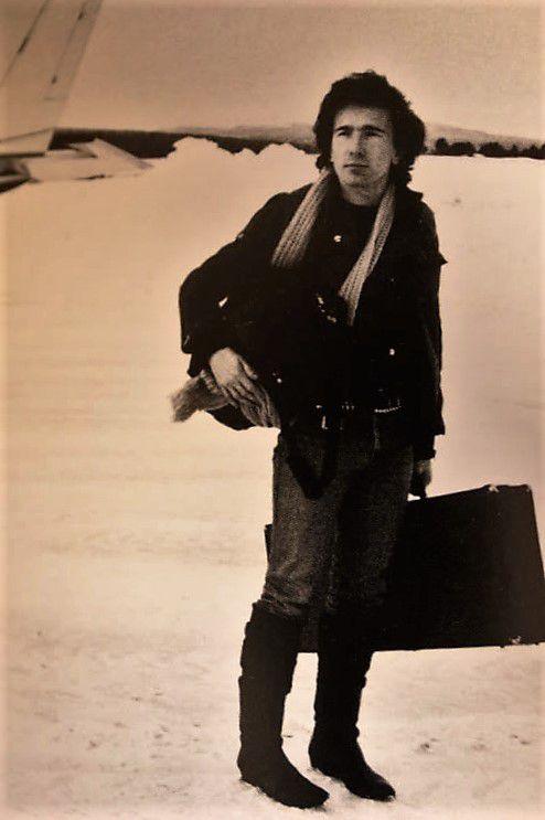 The Edge qui arrive pour l'enregistrement du clip New Year's Day à Salen en Suède .