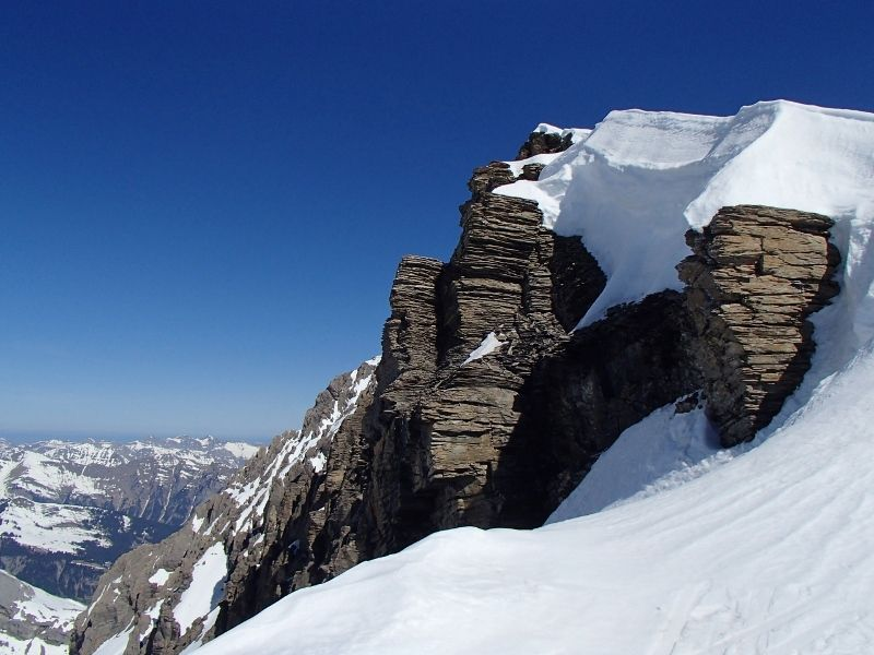 Vue en balcon sur les alpes valaisannes et sommet de l'Arpelistock et les alpes bernoises au fond.