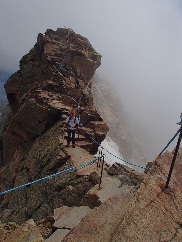 L'arête finale et sa petite via cordata et l'arrivée au refuge à 3585 m. (presque l'aiguille du midi !)