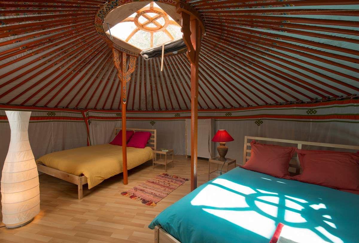 La yourte est composée de 2 lits 2 places pouvant accueillir une famille de 4 personnes ou deux couples d'amis