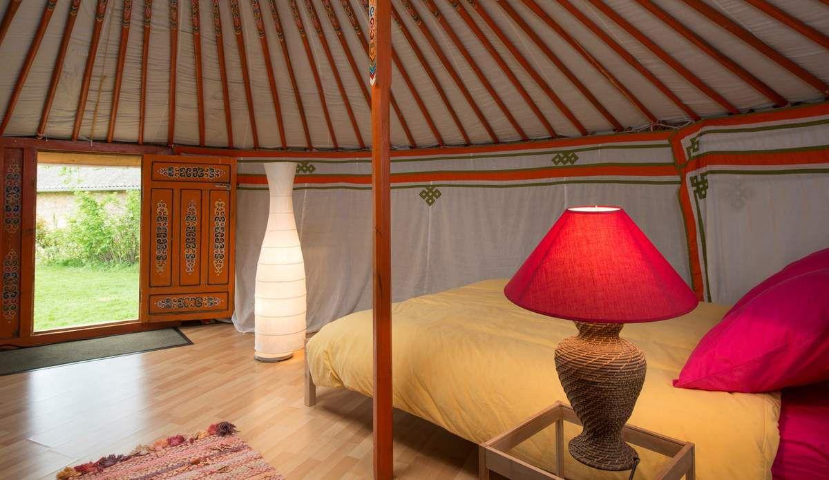 L'intérieur de la yourte illuminé par le dôme