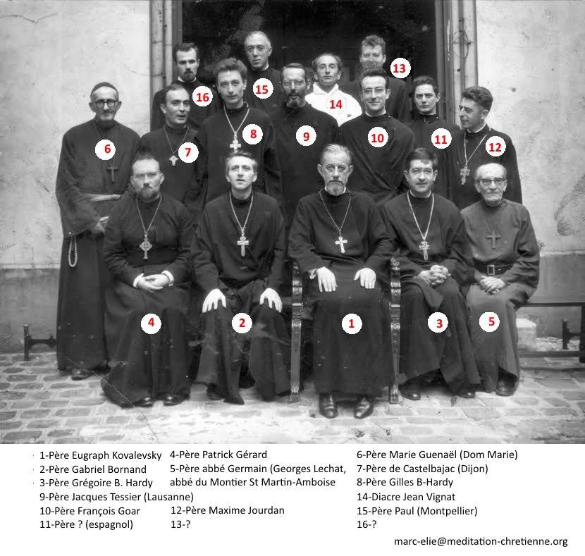 Mgr Jean entouré de prêtres et de diacres dans les années soixante