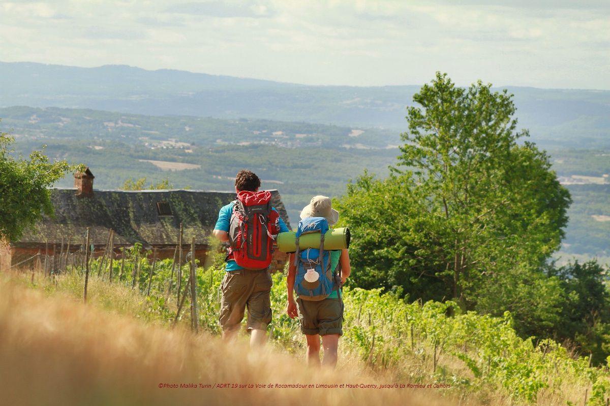 Merci à Malika Turin et l'ADRT 19 pour cette superbe photo de 2 pèlerins sur La Voie de Rocamadour au dessus de Collonges-la-Rouge