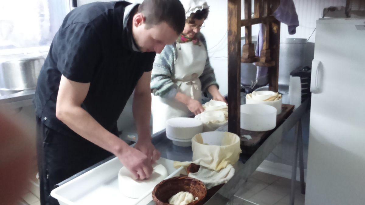 On va mettre des numéros sur les lots de fromage au cas où il y ait un problème lors de la consommation.
