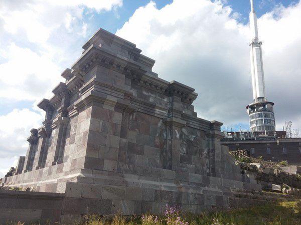 Au sommet, les ruines du Temple Mercure en cours de restauration