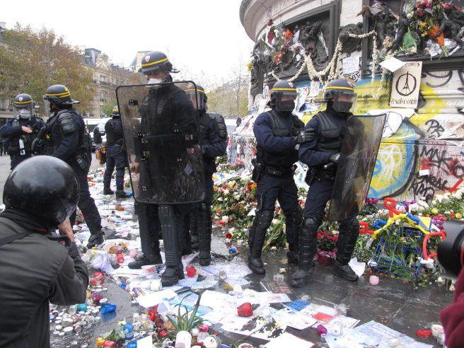 Qui a piétiné les fleurs hier , place de la République ?