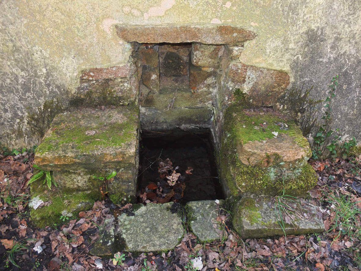 KERMOUSTER : Fontaine de Saint-Gelvest